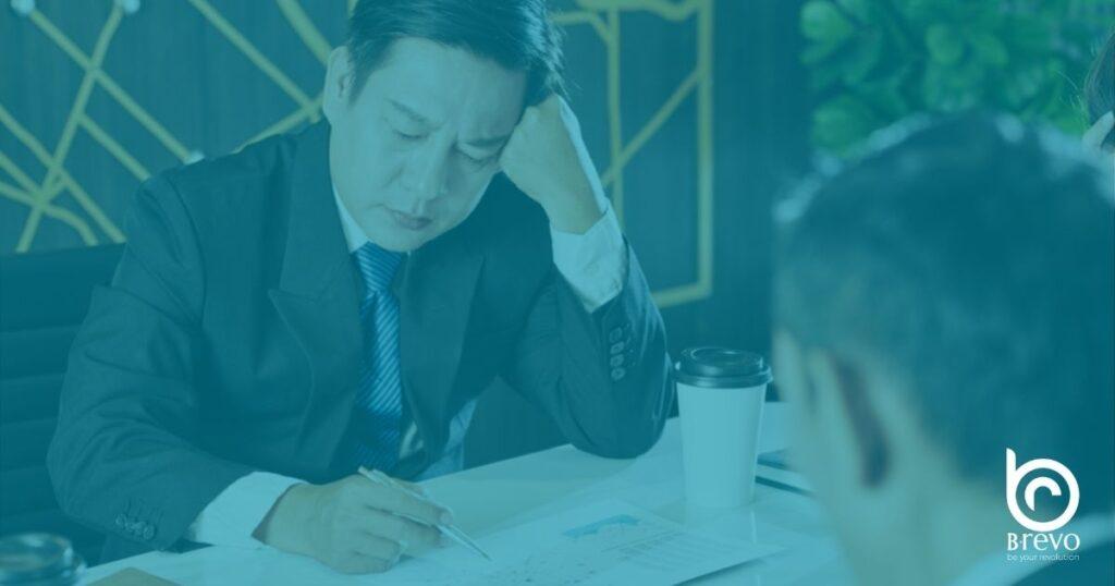 Businessman che revisiona un documento aziendale